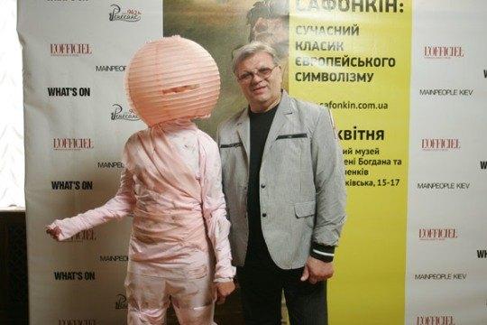 Илья Ноябрев и человек-торшер