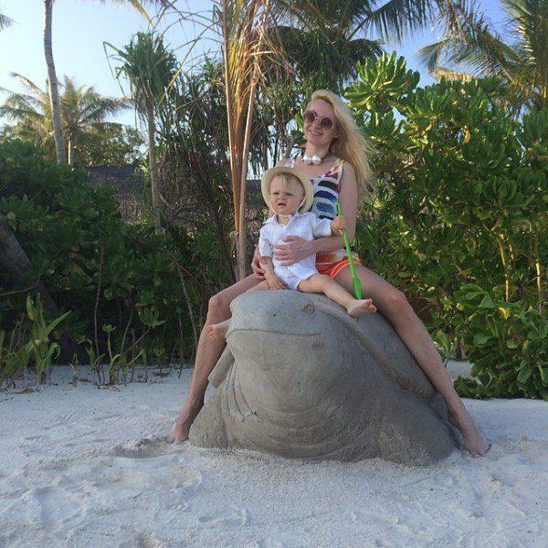 Яна Рудковская поплавала с черепахой на Мальдивах