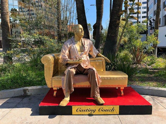 Статуя Харви Вайнштейна