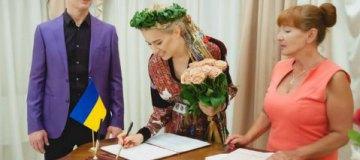Ольга Горбачева в веночке расписалась с Юрием Никитиным