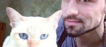 Дима Билан разговаривает с котами