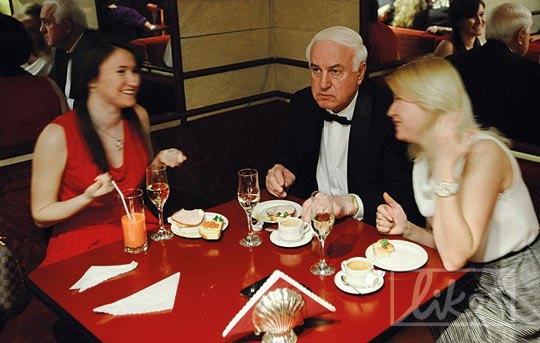 Премьер-министр Украины с 1997 по 1999 годы Валерий Пустовойтенко во время антракта отдыхал в баре