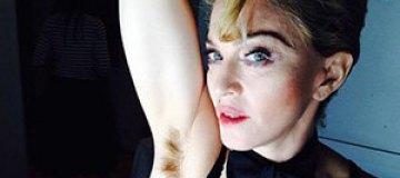 Мадонна шокировала небритыми подмышками