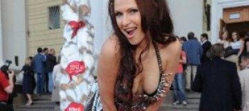 Эвелина Бледанс украсила грудь шипами