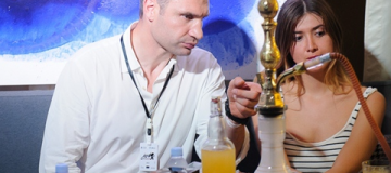 Виталий Кличко засветился на вечеринке с девушками и кальяном