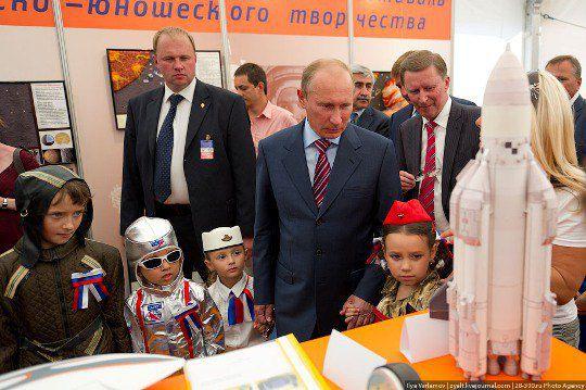 Путин начал знакомиться с экспозицией, как вдруг набежали ОНИ