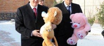 Ахметов, Крутой и Янукович поздравили детей с днем Святого Николая