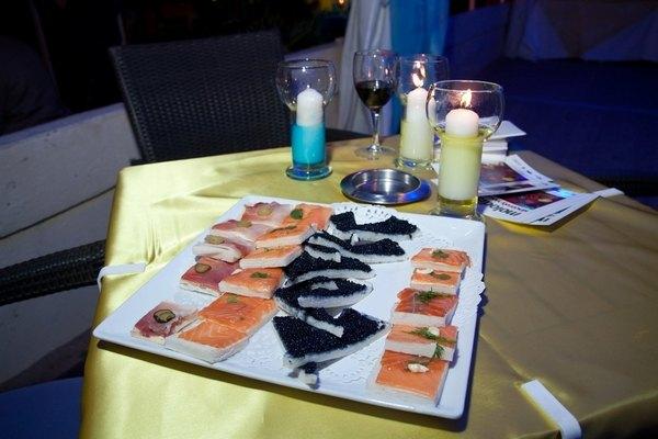 Гостей украинской вечеринки угощали черной икрой