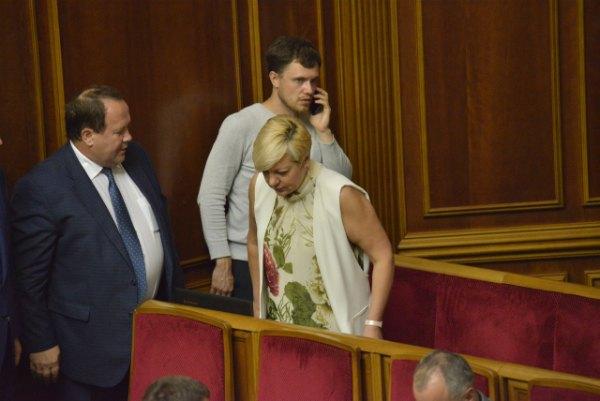 Глава Нацбанка Валерия Гонтарева пришла на открытие сессии в принтованной блузе с голыми руками