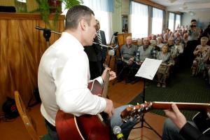 Кличко спел ветеранам под гитару