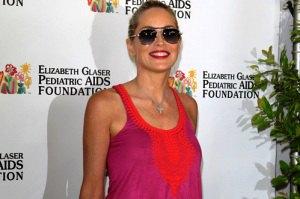 Шэрон Стоун засветила голую грудь на благотворительной акции