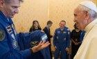 Астронавты подарили Папе Римскому комбинезон для полетов в космос и ангельские крылья