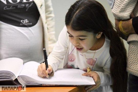 Младшая дочь Эмили тоже оставила свою подпись
