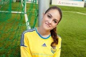 Машу Собко блондинки научили играть в футбол