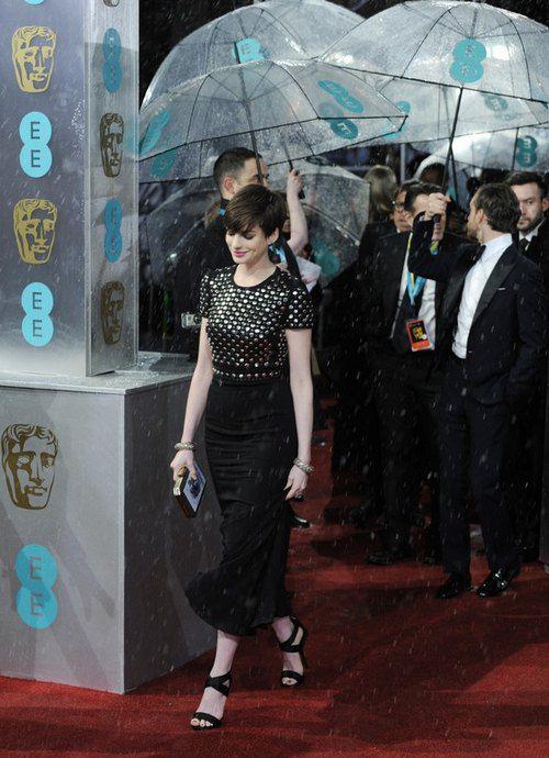 """Актриса Энн Хэтэуэй (""""Отверженные"""") в платье от Burberry"""