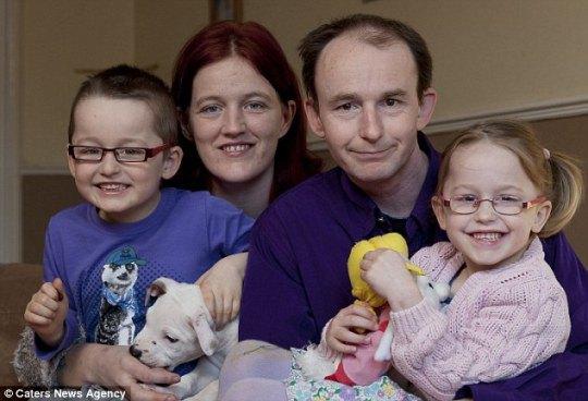 Зак (справа) со своей матерью Терезой, отцом Дарреном и братом Алексом