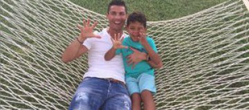 Криштиано Роналдо играет с сыном в футбол на пляже в Майями