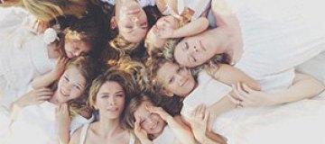 Брежнева в новом клипе показала маму, детей и сестер