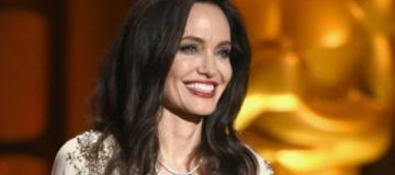Анджелина Джоли в сверкающем платье пустилась в пляс на сцене