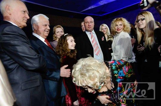 В зале было огромное количество желающих сфотографироваться с первым президентом Украины Леонидом Кравчуком
