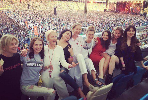 Телеведущая Катя Осадчая (в центре) с подругами, среди которых и дизайнер Лилия Пустовит (крайняя слева)