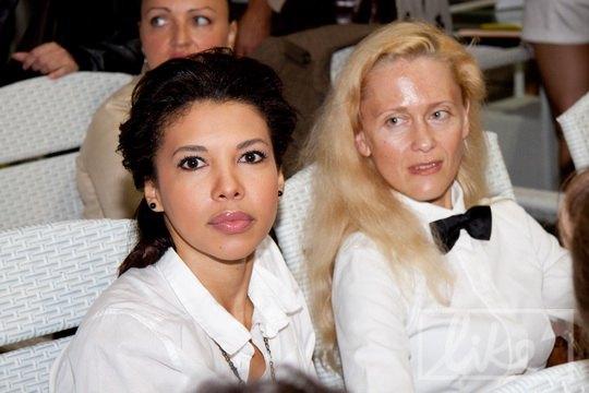 Каролина Ашион (слева)