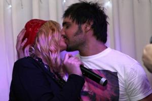 Всемирный день поцелуя: как это делают звезды