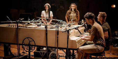"""Brunettes Shoot Blondes для нацотбора на """"Евровидение"""" создала уникальный рояль из 20 инструментов"""