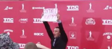 "На Одесский кинофестиваль ворвался чудак с плакатом ""Путлер капут"""