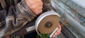 Украинец готов за 50 грн остановить зубами наждачный круг