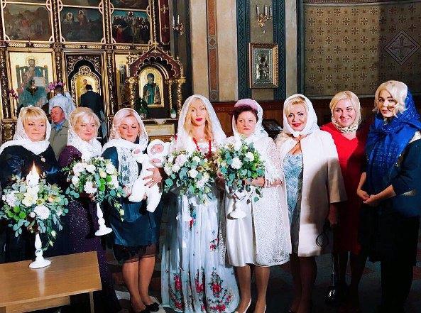 Ирина Билык (в центре), Алина Гросу (крайняя справа) и ее мама Анна (третя справа) на крестинах