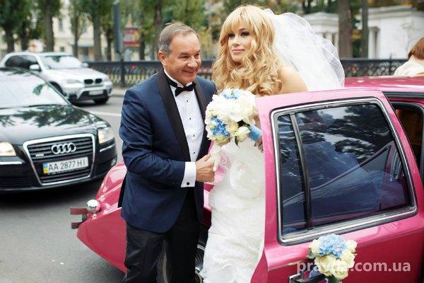В собор молодые приехали на розовом лимузине