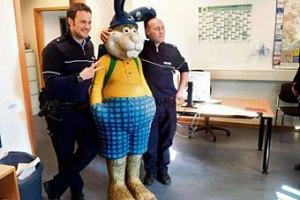 Полиция задержала картонного пасхального зайца