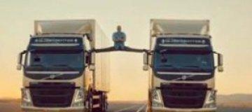 Ван Дамм сел на шпагат между грузовиками