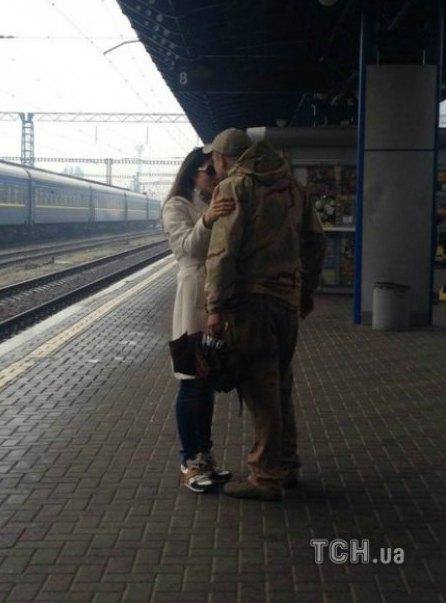 Недавно Злату Огневич сфотографировали на киевском вокзале с бойцом. Теперь девушка призналась, что это действительно ее возлюбленный