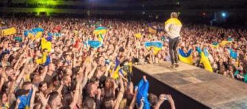 """""""ОЭ""""  в Мариуполе: десятки тысяч поклонников, украинские флаги и премьера песен"""