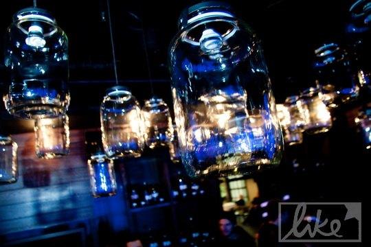 Светильники ресторана выполнены в форме трехлитровых банок