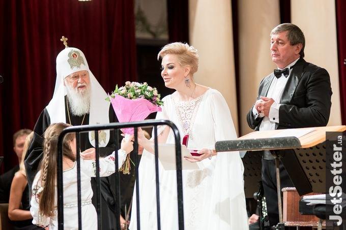 Патриарх Филарет лично пришел на концерт вдовы российского депутата, а потом окрестил ее сына