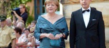 Меркель пришла на светское мероприятие в старом платье