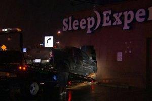 Уснувшая за рулем женщина въехала в магазин матрасов