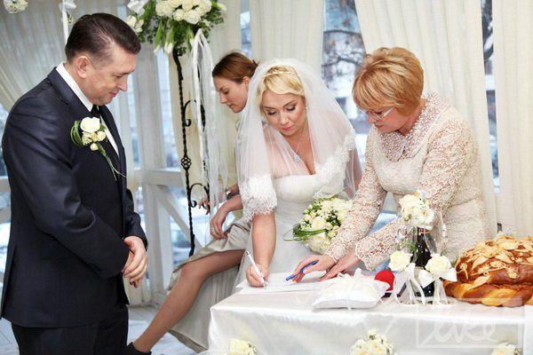 Пара скрепила брачный союз подписями
