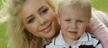 Тина Кароль кормит двухлетнего сына сосисками