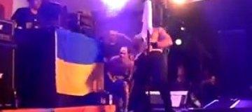 """Музыкант """"Bloodhound Gang"""" помочился на флаг Украины"""