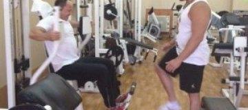 Тигипко покачал бицепсы в спортзале