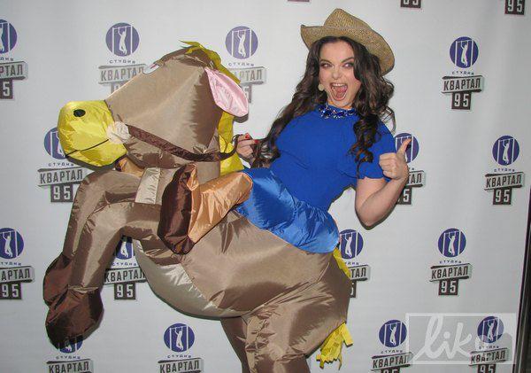 Королева появилась в образе лошади