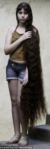 Длина волос девочки составляет 1 метр 57 сантиметров