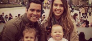 Джессика Альба отвела детей в Диснейленд