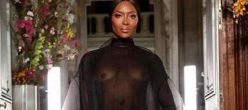 48-летняя Наоми Кэмпбелл прошлась по подиуму с обнаженной грудью