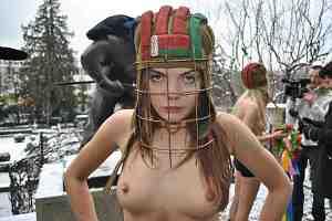 """FEMEN провели акцию """"Раб не играет в хоккей!"""""""