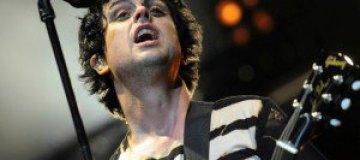Лидер Green Day обругал зрителей, разбил гитару и попал в больницу